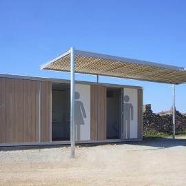 Chiosco wc da spiaggia in legno con pergolato